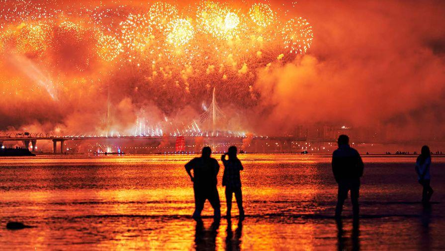 Во время ежегодного праздника выпускников «Алые паруса» в акватории Финского залива в Санкт-Петербурга, 27 июня 2020 года