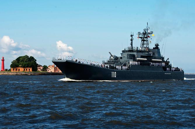 Корабль Военно-морских сил России большой десантный корабль «Александр Шабалин» во время парада в честь Дня Военно-Морского Флота России в Кронштадте, 30 июля 2017 года