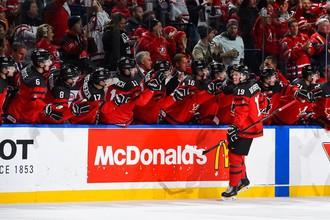 Хоккеисты молодежной сборной Канады отмечают заброшенную шайбу