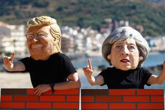 Протестующие в масках с изображением президента США Дональда Трампа и британского премьера Терезы Мэй во время демонстрации на Сицилии против саммита G7, май 2017 года