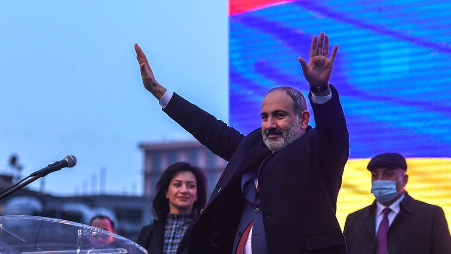 Премьер-министр Армении Никол Пашинян выступает перед своими сторонниками в Ереване, 1 марта 2021 года