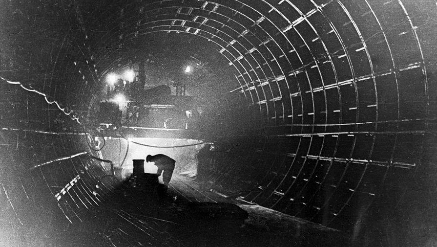 В однопутном туннеле Арбатско-Покровской линии во время строительства московского метро, 1938 год