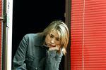 """Поприезде Земфиры вМоскву критики описывали ее как """"мальчишку-гавроша вдраных джинсах, скосой челкой, сгитарой наперевес». Певицу называли """"Девочкой-скандал"""" поаналогии сее песней и даже присудили ей премию """"Скандалист года"""" (2000) журнала """"ОМ""""."""