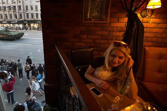 Кафе на Тверской улице во время репетиции военного парада в центре Москвы