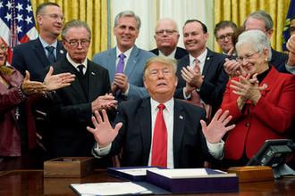 Президент США Дональд Трамп и члены Конгресса во время церемонии подписания законодательного акта в Овальном кабинете Белого дома, 21 декабря 2018 года
