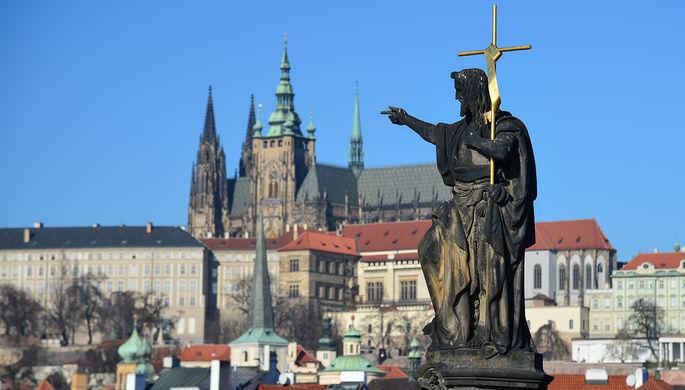 Скульптура на Карловом мосту в Праге.