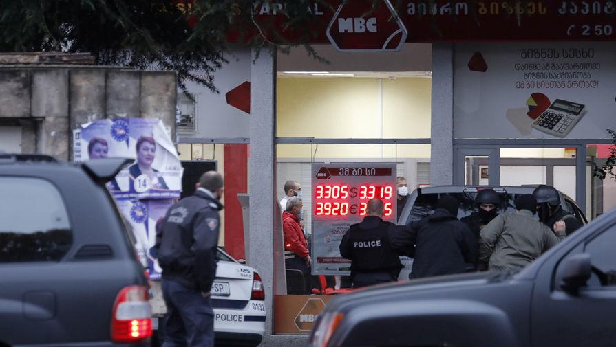На месте захвата заложников в офисе микрофинансовой организации в Тбилиси, 20 ноября 2020 года