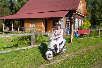 Фельдшер Оля летом ездит на работу на скутере