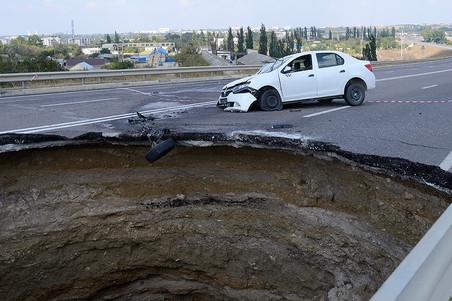 Проектировщики и строители ответят за гибель шести человек из-за ямы на дороге в Крыму