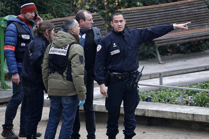 Полицейские осматривают место происшествия в офисе парижской сатирической газеты Charlie Hebdo