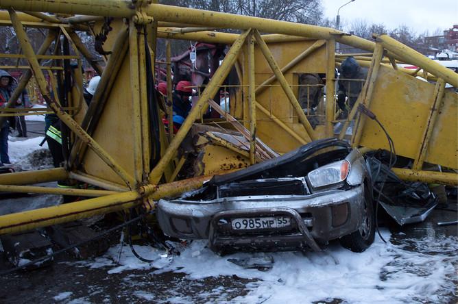Спасательные работы на месте падения крана на проезжую часть