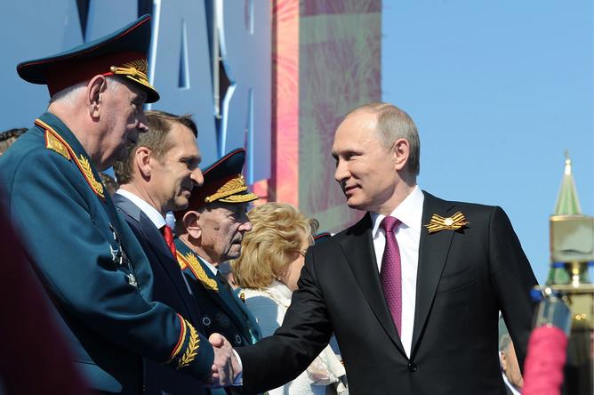 Президент России Владимир Путин (справа), спикер Госдумы РФ Сергей Нарышкин (второй слева) на Красной площади во время военного парада, посвященного 71-й годовщине Победы в Великой Отечественной войне