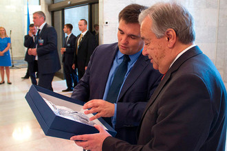 Глава украинского МИДа Павел Климкин подарил генеральному секретарю ООН Антониу Гутерришу украинскую вышиванку, 9 июля 2017 года