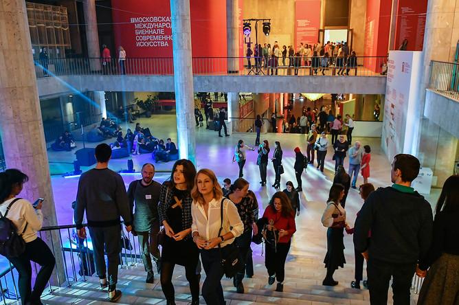 Посетители Государственной Третьяковской галереи на Крымском валу во время всероссийской культурно-образовательной акции «Ночь искусств»