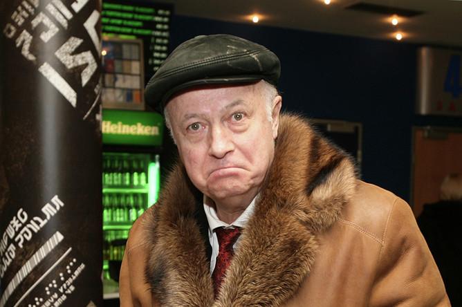Телеведущий Борис Ноткин перед началом премьерного показа картины Федора Бондарчука «Обитаемый остров» в кинотеатре «Октябрь», 2008 год