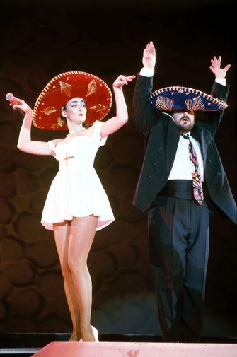 Лолита Милявская и Александр Цекало (Кабаре-дуэт «Академия») выступают на «Рождественских встречах» Аллы Пугачевой, 1992 год