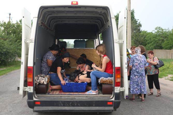 Родственники четырехлетнего Ивана Нестерука, погибшего в результате обстрела в поселке Тельманово, во время похорон