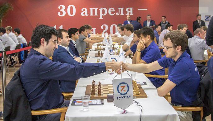Владимир Крамник (слева) одержал лишь одну личную победу, но завоевал титул в составе команды