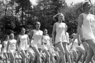 Представительницы Союза немецких девушек занимаются гимнастикой, 1941 год