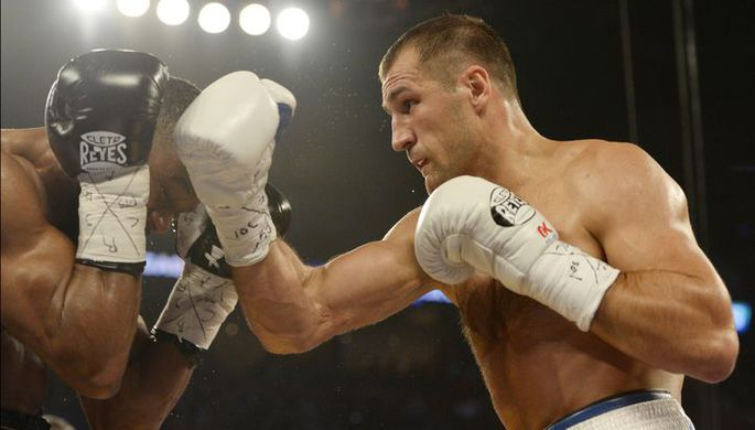 Российский боксер Александр Поветкин пропускает удар от британца Энтони Джошуа