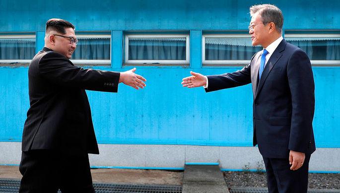 Лидер КНДР Ким Чен Ын и президент Южной Кореи Мун Чжэ Ин во время встречи деревне Пханмунджом, 27...