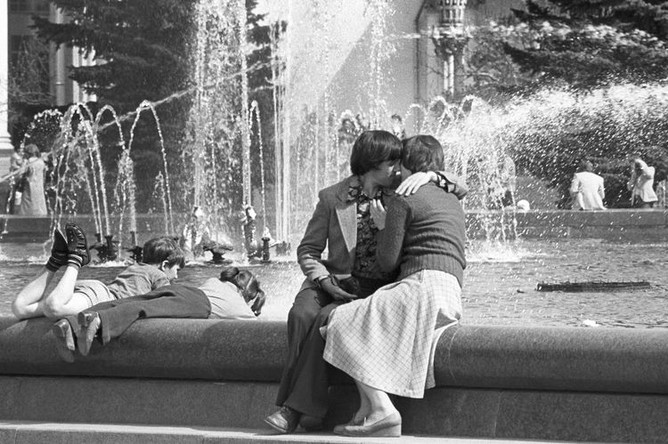 Отдыхающие у фонтана на ВДНХ, 1979 год