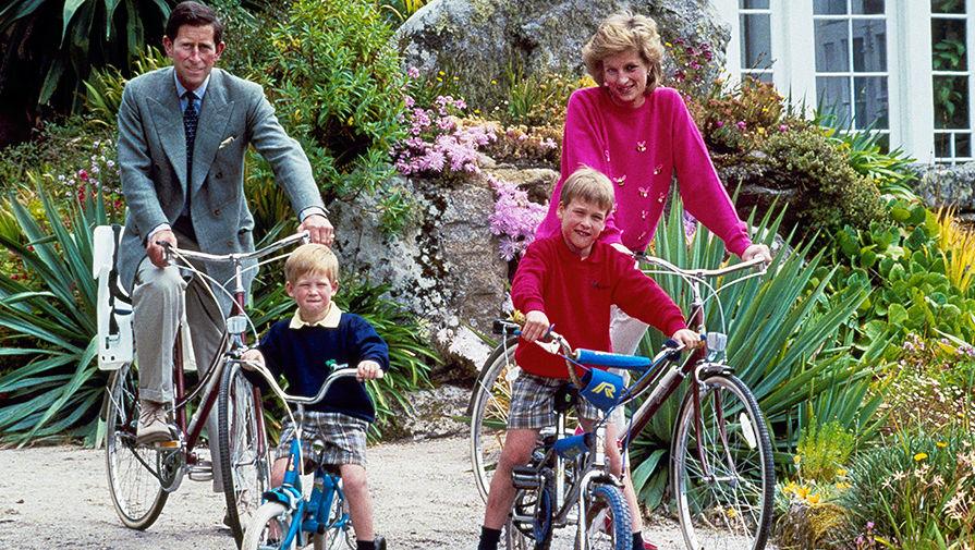 Принцесса Диана и принц Чарльз с детьми на островах Силли, 1989 год