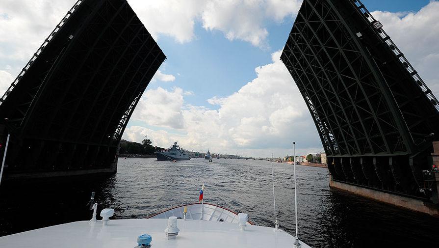 Разведенный мост на Неве во время морского парада кораблей в честь Дня ВМФ в Санкт-Петербурге