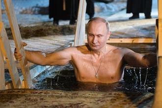Президент России Владимир Путин в иордани во время крещенских купаний в мужском монастыре Нило-Столобенской пустыни на озере Селигер, 19 января 2018 года