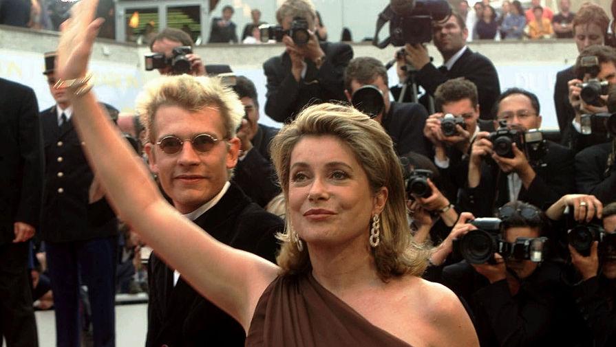 Французская актриса Катрин Денев и Гийом Депардье перед показом фильма «Пола Икс» во время 52-го Каннского кинофестиваля, Франция, 1999 год