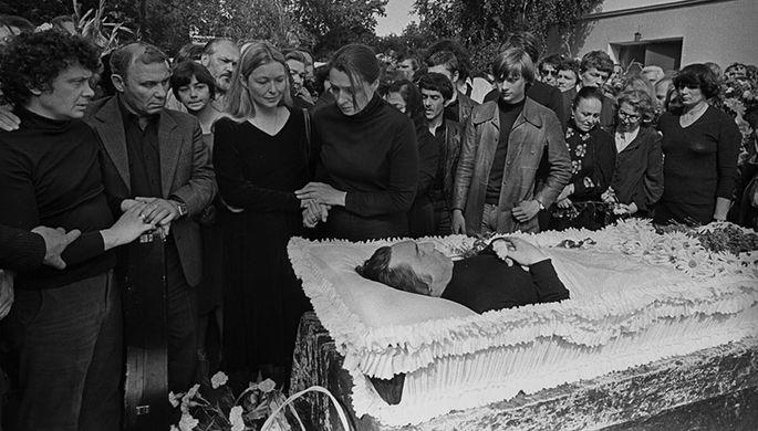 Похороны Владимира Высоцкого на Ваганьковском кладбище в Москве 28 июля 1980 года. Слева направо: Валерий Янклович, Вадим Туманов, Марина Влади (супруга), Людмила Абрамова (бывшая жена и мать двух сыновей В.Высоцкого- Аркадия и Никиты) и Аркадий Высоцкий (сын)