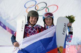 Вик Уайлд и Алена Заварзина после окончания финала параллельного гигантского слалома на соревнованиях по сноуборду на Олимпийских играх в Сочи