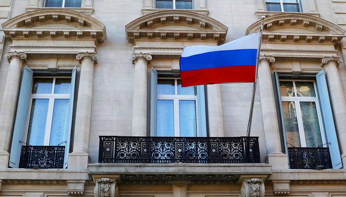 Российский флаг на здании генконсульства в Нью-Йорке, 26 марта 2018 года