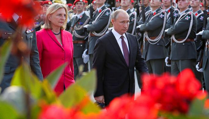 Президент России Владимир Путин и министр иностранных дел Австрии Карин Кнайсль, июнь 2018 года