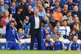 Дела у Жозе Моуриньо (на переднем плане) и его «Челси» в новом сезоне пока не складываются