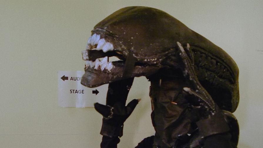 Кадр из документального фильма «Чужой» на сцене»