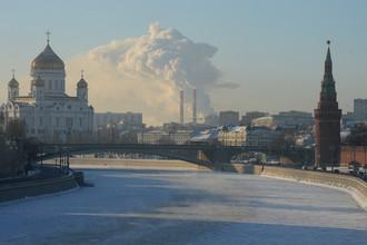 Москва-река и Кремлевская набережная в Москве в морозный день. Слева — храм Христа Спасителя, справа — Водовзводная башня Московского Кремля, в центре — Большой Каменный мост