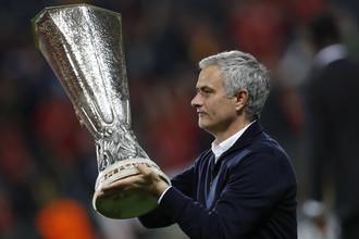 Главный тренер «Манчестер Юнайтед» с кубком победителей Лиги Европы