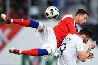 Антон Швец (Россия) и Оливье Жиру (Франция) в товарищеском футбольном матче между сборными России и Франции.
