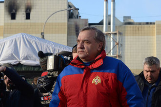 Министр МЧС России Владимир Пучков у здания ТЦ «Зимняя вишня» в Кемерово после пожара, 26 марта 2018 года