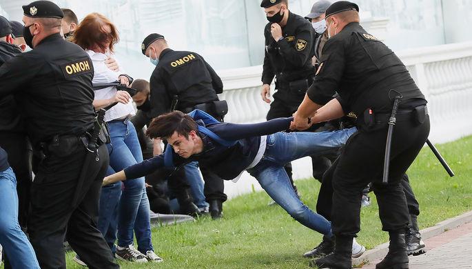Во время несанкционированной акции оппозиции в поддержку экс-кандидата в президенты Белоруссии Виктора Бабарико в центре Минска, 14 июля 2020 года