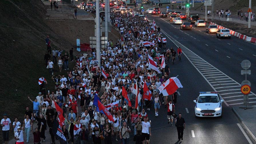Сторонники оппозиции во время шествия к изолятору временного содержания на улице Окрестина в Минске, где содержатся задержанные в ходе акций протеста, 17 августа 2020 года