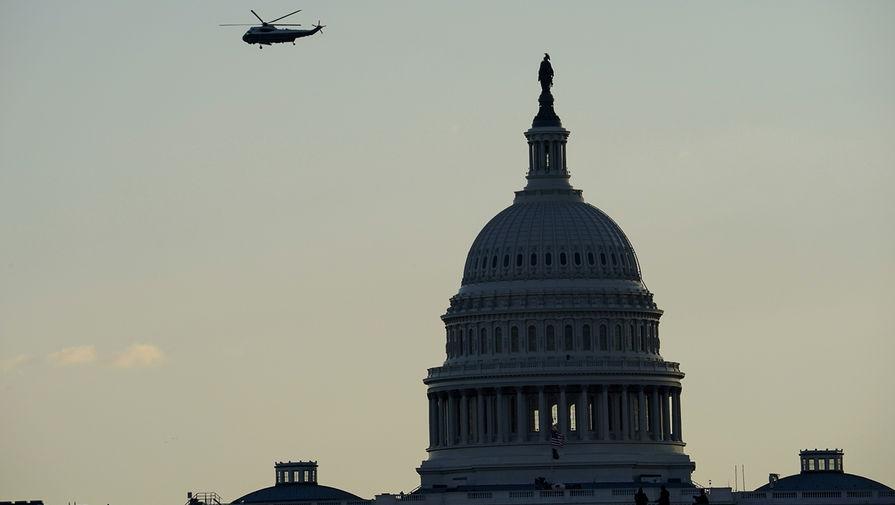 Вертолет с президентом США Дональдом Трампом пролетает мимо здания Капитолия, 20 января 2021 года