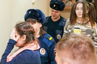 Алина Орлова (слева) и несовершеннолетняя Алена Савченко (справа), обвиняемые по делу о жестоких убийствах животных, в здании Индустриального районного суда Хабаровска, март 2017 года