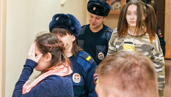 Алина Орлова (слева) и несовершеннолетняя Алена Савченко (справа), обвиняемые по делу о жестоких...