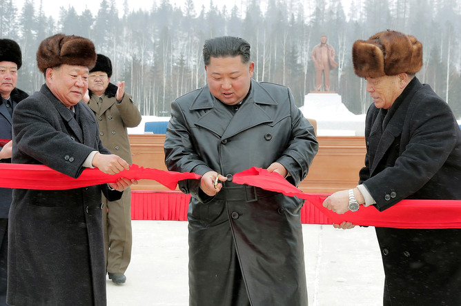 Высший руководитель КНДР Ким Чен Ын и другие чиновники во время торжественной церемонии в честь завершения строительства города Самджиён у горы Пэктусан, фотография опубликована агентством ЦТАК 2 декабря 2019 года