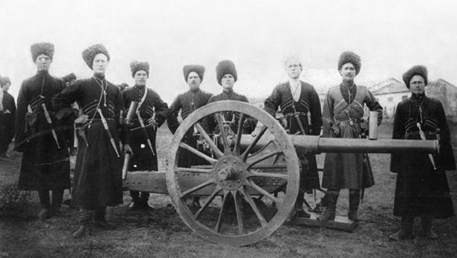 Николай Баратов, командующий терских казаков, на фоне 3-дюймовой пушки образца 1900 года, 1914 год