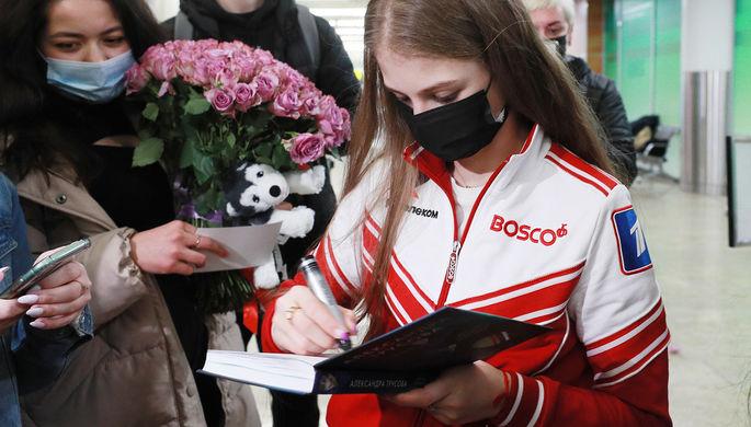 Член сборной России по фигурному катанию Александра Трусова общается с болельщиками в аэропорту Шереметьево, 29 марта 2021 года