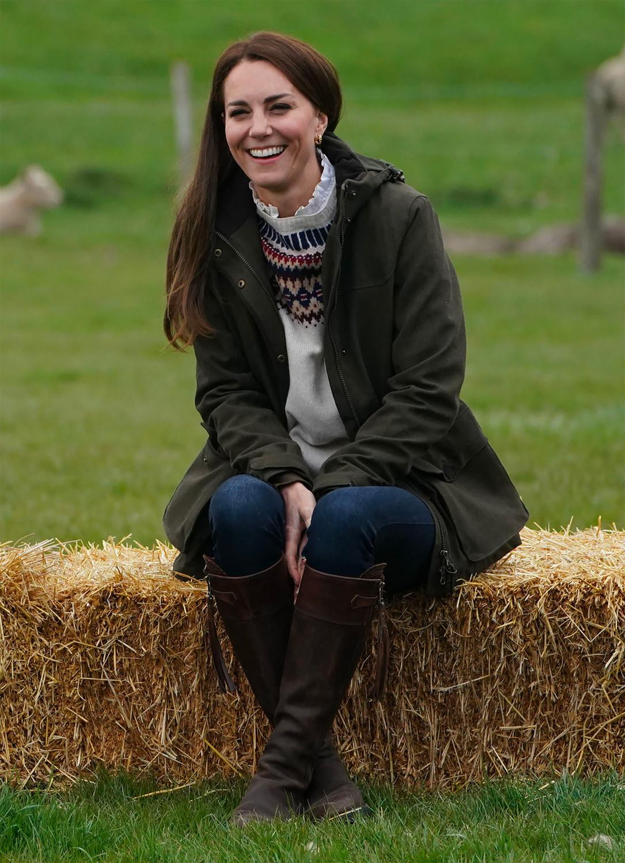 Кейт Миддлтон во время посещения семейной фермы в Литтл-Стейнтоне, Великобритания, 27 апреля 2021 года