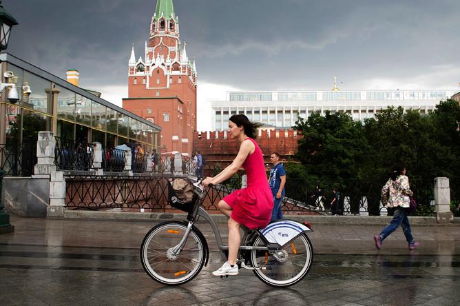 Девушка на велосипеде во время грозы в центре Москвы, июнь 2017 года